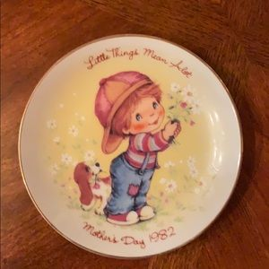 """""""Little Things"""" 1982 Mother's Day plate from Avon"""